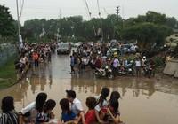 Độc nhất vô nhị: Người Hà Nội đi làm bằng xe ủi do mưa ngập