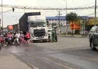 Chạy ngược chiều, cô gái bị  container tông trọng thương