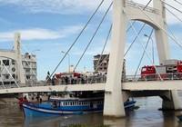 Bạn đọc hiến kế cứu tàu kẹt dưới gầm cầu sông Cà Ty