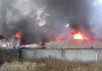 Xưởng nệm mút rộng hàng ngàn m2 bị lửa thiêu rụi hoàn toàn