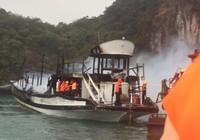 Tàu du lịch chở 21 người đậu ở Hạ Long bốc cháy