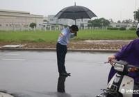 Tổng giám đốc người Nhật cúi chào khách mua xăng