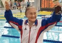 Cụ bà 100 tuổi lập kỷ lục bơi 1.500m