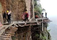 Công nhân Trung Quốc treo 'lơ lửng' tính mạng trên không