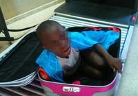 Đứa bé 8 tuổi bị nhét trong vali để vượt biên giới