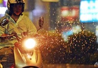 Siêu bão đổ bộ vào Đài Loan, cuốn người ra biển