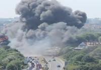 Máy bay lao xuống đường đông đúc, 7 người chết
