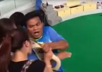 Du khách Trung Quốc suýt nát mũi vì… hôn con trăn