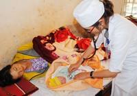 Thai phụ đi chợ đẻ rớt con trong nhà vệ sinh