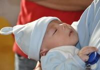 Bé sơ sinh bị dao đâm vào đầu phải mổ lần ba