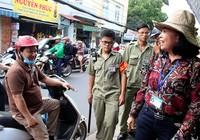 Clip: Nữ chủ tịch phường xăn tay dọn dẹp vỉa hè