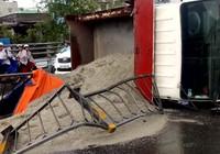 Xe chở cát bị lật trên cầu vượt ở TP.HCM