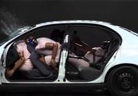Cài dây an toàn khi ngồi sau để... giữ mạng cho tài xế