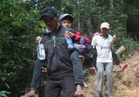 Giáo viên vượt rừng sâu, cõng học sinh đến lớp
