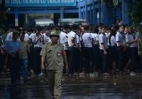 Học sinh xếp hàng trật tự di chuyển khi xảy ra hỏa hoạn