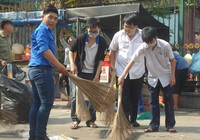 Các bạn trẻ phơi nắng dọn vệ sinh đường phố đón tết Nguyên Tiêu