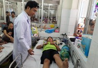 Bệnh nhi liệt hai chân do té xe, tưởng bị ung thư máu
