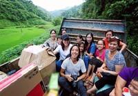 Việt Hương dẫn con gái vượt rừng núi đi từ thiện  