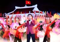 Ông Nguyễn Hoàng Năng chúc mừng ủy viên Bộ Chính trị trẻ nhất