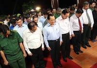 Ông Lê Thanh Hải cùng lãnh đạo TP.HCM dâng hương các liệt sĩ thanh niên xung phong