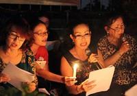 Người yêu nhạc hát suốt đêm bên mộ nhạc sĩ Trịnh Công Sơn
