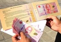 TP.HCM: Người dân xếp hàng cả tiếng chờ mua tiền lưu niệm