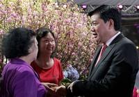 Bí thư Đinh La Thăng chụp ảnh với dân bên hoa anh đào