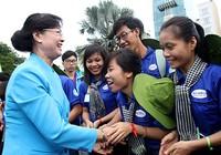 Bà Nguyễn Thị Quyết Tâm động viên chiến sĩ Mùa hè xanh 2016