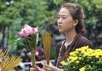 """Già trẻ """"đội nắng"""" lên chùa trong ngày lễ Vu lan"""