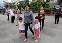 Mẹ cùng con lên chùa cầu bình an ngày lễ Vu lan