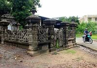Mộ cổ kiến trúc Pháp trong khuôn viên Học viện Chính trị - Hành chính khu vực II