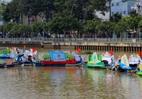 Ảnh: Diễu hành bảo vệ môi trường trên kênh Nhiêu Lộc