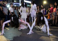 Hóa thành xác sống trẩy hội Halloween trên phố đi bộ