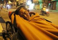 Người lao động nghèo co ro trong đêm lạnh