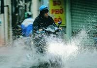 """""""Mưa xuân"""" gây ngập, người Sài Gòn lội nước về nhà"""