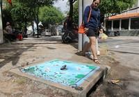 Người dân ủng hộ vẽ tranh trên nắp cống ở quận 1