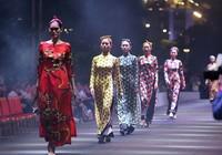 Đội mưa xem thời trang trên phố đi bộ Nguyễn Huệ
