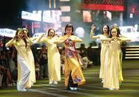 Nghệ sĩ Thành Lộc, Đông Nhi diễn thời trang ở phố đi bộ