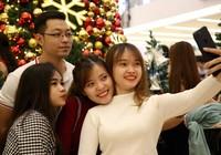 Giới trẻ TP.HCM xuống phố đón Giáng sinh sớm