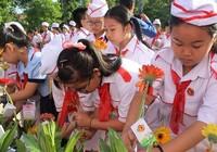 350 cháu ngoan dâng hoa, báo công với Bác Hồ