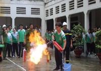 Học sinh lớp 12 bỡ ngỡ ôm bình chữa cháy