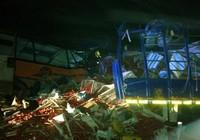 Kinh hoàng xe buýt đâm xe tải, 71 người chết