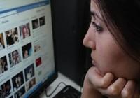 Con kiện bố mẹ đưa hình thuở bé của mình lên mạng