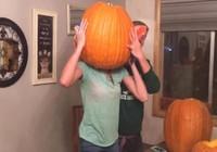 Phì cười với cảnh teen kẹt đầu trong bí ngô Halloween