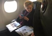 Ảnh độc: Bà Clinton đọc tin ông Pence dùng email riêng