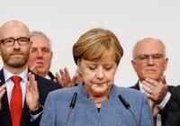 Bà Merkel thắng nhiệm kỳ tư, phe cực hữu bám sát