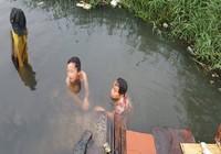 Chùm ảnh: Gia đình 17 người bên dòng kênh đen
