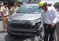 Giao lộ Trường Chinh - Hoàng Hoa Thám kẹt cứng vì nữ tài xế cố thủ