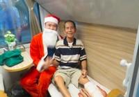 Hành khách đi tàu hỏa được ông già Noel tặng quà