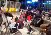 Trễ bay 3 giờ phải phục vụ bữa ăn cho hành khách